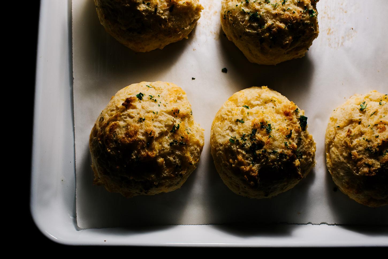 ¡Galletas caseras de langosta roja con queso cheddar y laurel! receta en www.https://elcomensal.es/